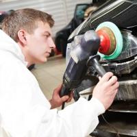 Addetto alla riparazione, sostituzione e verniciatura di elementi accessori di autoveicoli